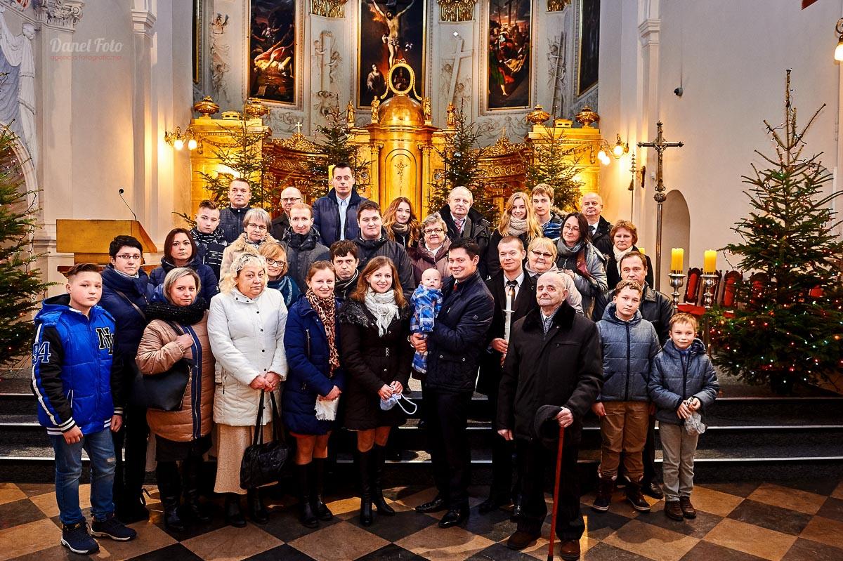 fotografia chrztu w kościele oo. Dominikanów w Lublinie - rodzinne zdjęcie grupowe