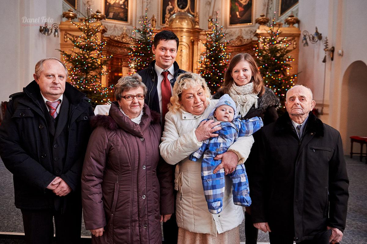 dziadkowie z wnunkiem - fotografia chrztu w kościele oo. Dominikanów w Lublinie